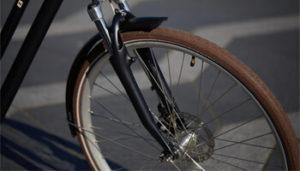 Quando for pedalar no frio e na chuva, murche um pouco os pneus para maior aderência