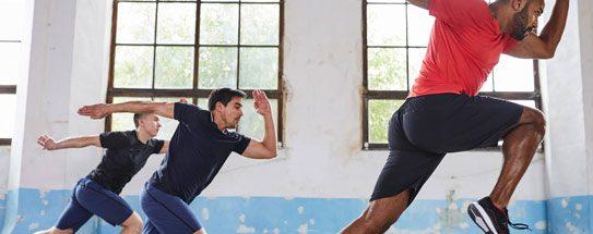70c1fa2fb Homens praticando treino cardio dentro de um galpão bem iluminado com  roupas fitness masculinas