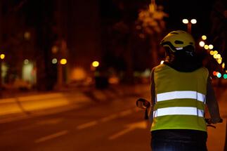 Dicas para pedalar à noite: use colete com faixas refletivas