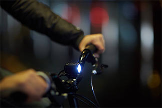 Dicas para pedalar à noite: use lanterna para iluminar a sua bike