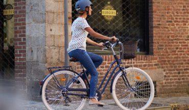 mulher pedalando em post sobre bicicletas urbanas