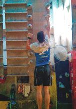 Homem fazendo treino físico para escalada com agarre