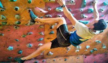 homem fazendo treinamento físico para escalada em parede de escalada indoor