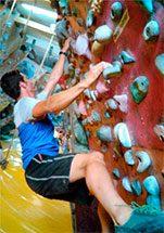 Homem fazendo treinamento físico para escalada em parede