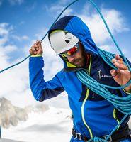 Homem enrolando suas cordas de escalada ao redor do pescoço