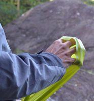 Aquecimento para escalada com faixa elástica para antebraço e dedos