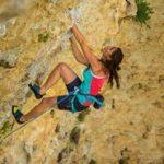 Mulher praticando o tipo de escalada esportiva