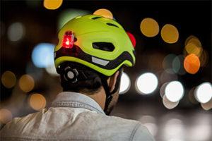 Equipamento de segurança para pedais noturnos: lanterna para capacete