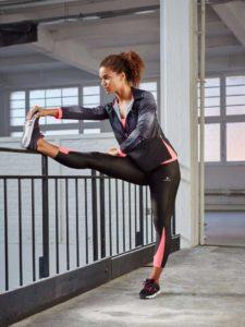 Mulher fazendo alongamento para manter a forma e se aquecer