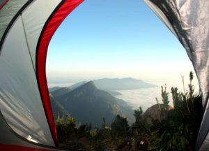Vista da Montanha no Cume do Pico Paraná de dentro de uma Barraca