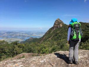 Criança com mochila no cume Pico do Lopo