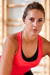 Mulher com roupa de ginástica fazendo exercício para deixar os seios firmes
