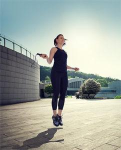 Mulher pulando corda como treino de férias