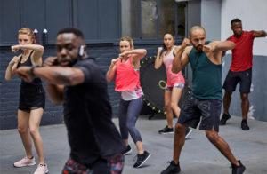 Aula mista de treino cardio com movimentos de luta