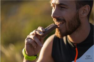 corredor-comendo-barrinha-de-proteina-para-prova-de-trail-running